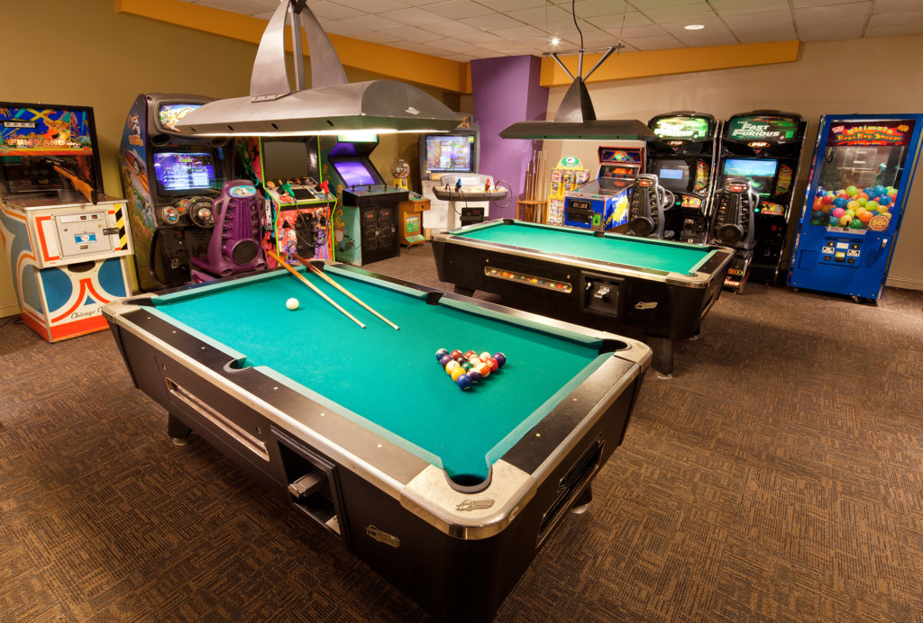 Arcade and game room in Orange County hotel near Disneyland Resort